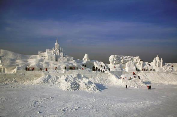 romantic feelings snow sculpture
