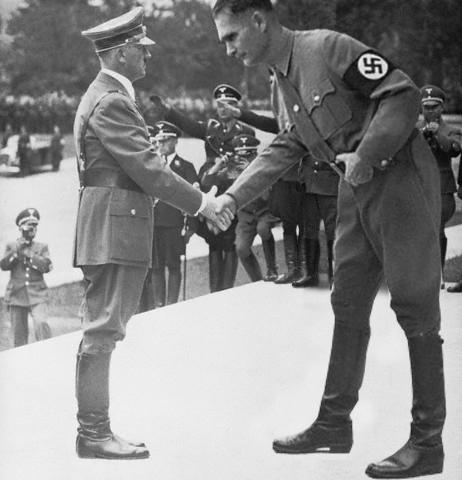 1942: Hitler memberi penghargaan kepada Hünenkreuz yang digunakannya sebagai ikon Übermensch