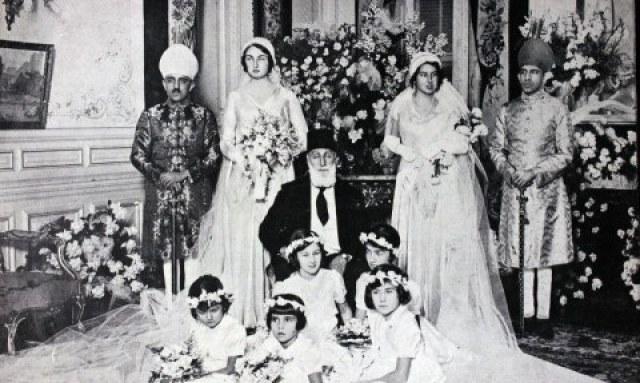 Khalifah terakhir dari keluarga Ottoman berpose pada pernikahan anaknya