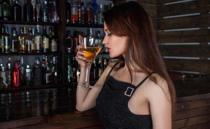 girl_drinking restaurant