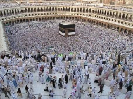Tawaf: mengelilingi Ka'bah. Larut dalam ketundukan dan kepasrahan.