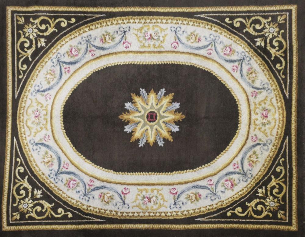 tapis dans le style de la savonnerie a motif ovale sur fond crem