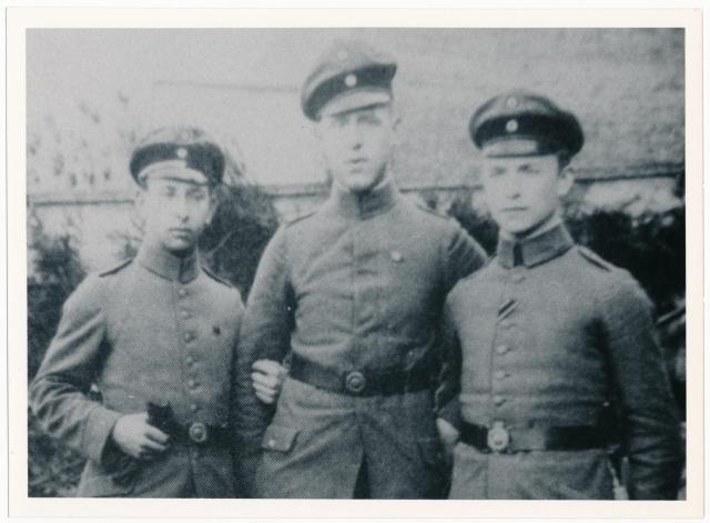 Foto de Strasser em 1914, possivelmente com seu irmão como militares durante a Segunda Guerra Mundial. Créditos: Alexander Historical Auctions.