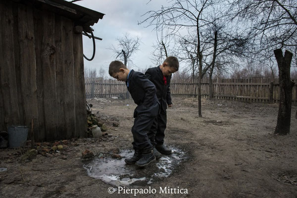 Vladik, 7 anni e Igor, 6 anni, vivono a Radinka, uno dei villaggi più contaminati intorno alla zona di esclusione di Chernobyl.