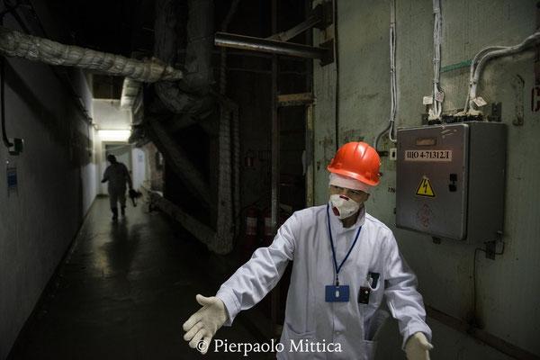 L'addetto alle relazioni pubbliche mentre spiega le regole di sicurezza per i lavoratori all'interno del reattore numero 4. Centrale nucleare di Chernobyl