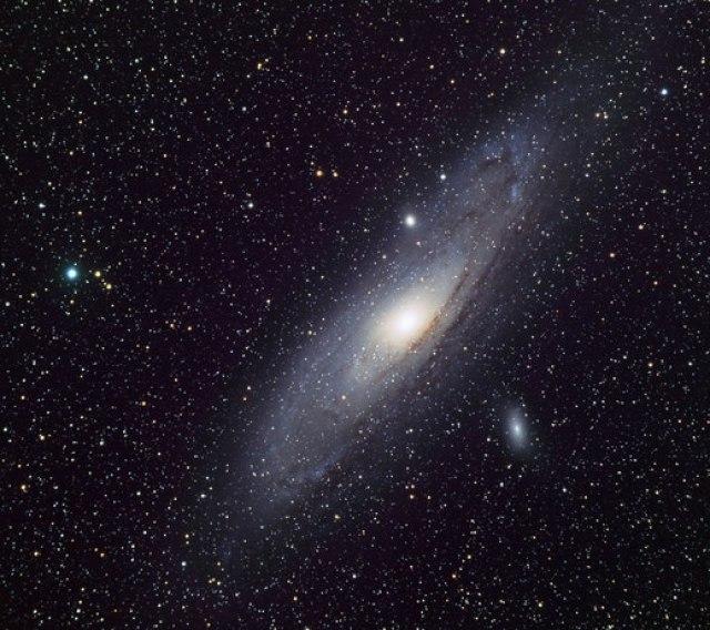 Thiên hà Tiên Nữ M31 khi nhìn với mắt thường (trái) và chụp ảnh qua KTV