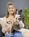 GUTES UNTERNEHMEN: Karianne Vilde findet es gut, die Hunde Chanel und Khloe nach vielen Wochen auf der Farm wieder zu treffen.