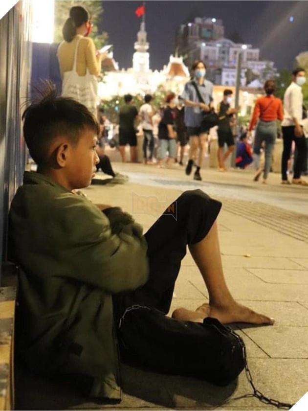 """Cậu bé ôm cún cưng co ro giữa đêm giao thừa trên phố Nguyễn Huệ:""""em ước có một mái nhà che nắng mưa 4"""
