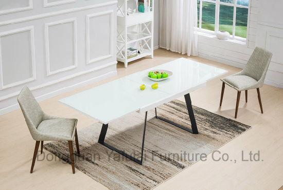 extension moderne en verre blanc table