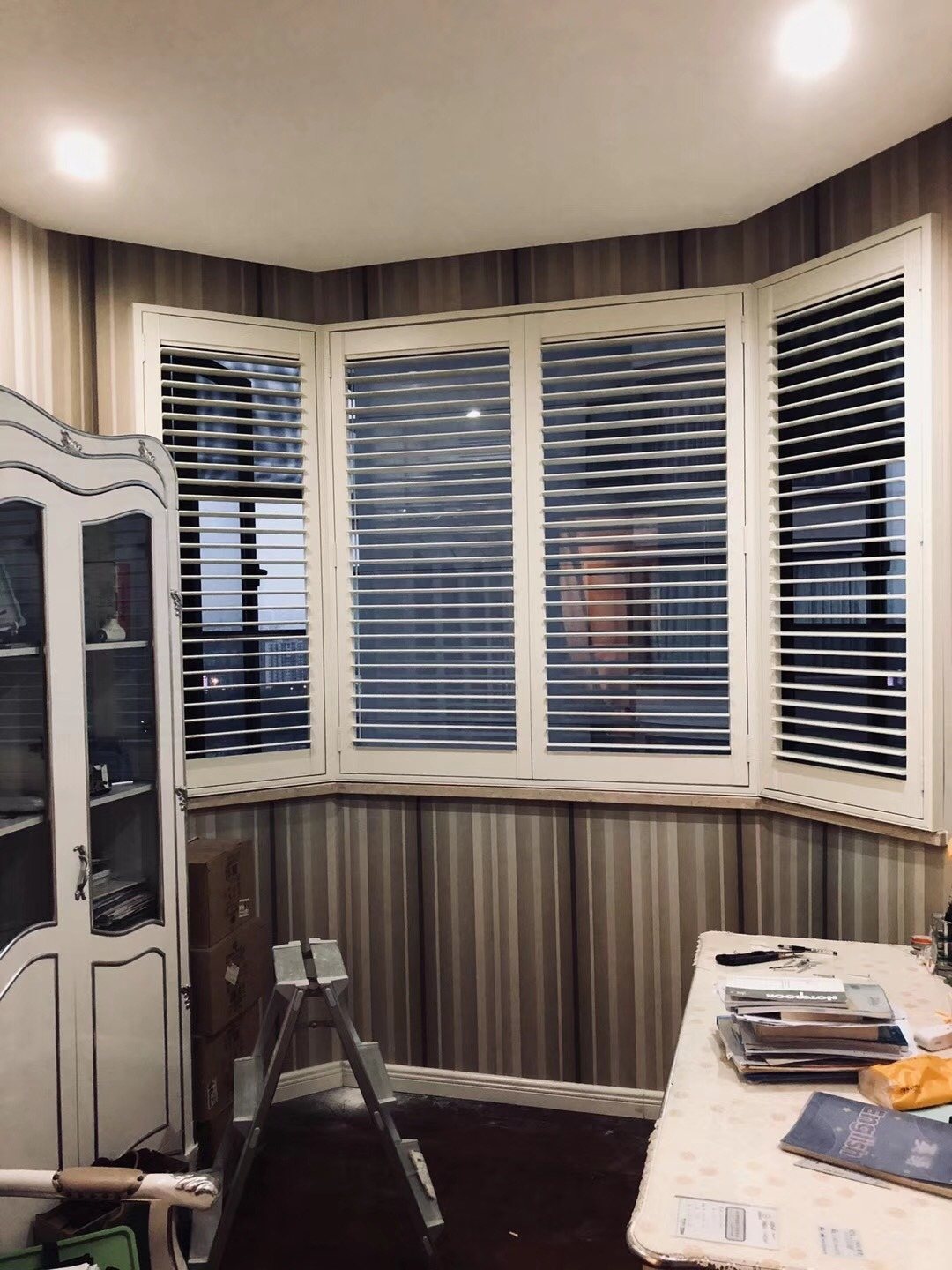 China Customized Sun Shade Hinged Bay Window Plantation