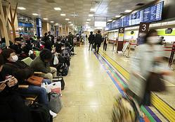 高速バスターミナル「バスタ新宿」で東京から遠方に向かうバスを待つ乗客ら=27日夜、東京都渋谷区