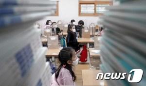 매일 약 500 명의 확진 자 신입 … '출석 수업 감축'시각화