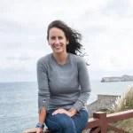 María Oruña, autora de 'Puerto escondido' en el Faro de Suances