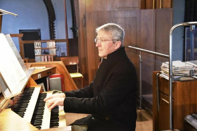 Thomas Seyda at the organ of St. James' Cathedral.