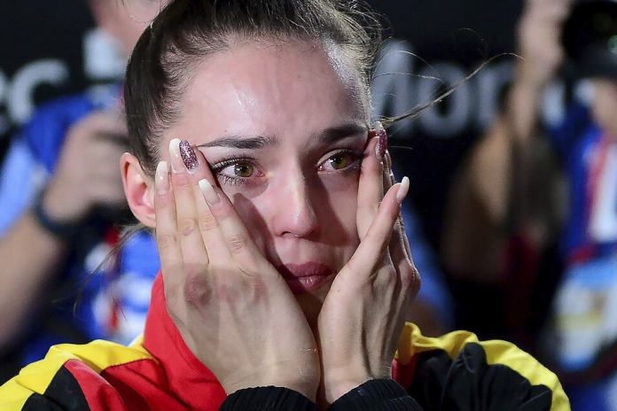These are tears of joy: Pauline Schäfer will be happy about her gold medal on October 8, 2017.  The gymnast surprisingly wins the balance beam at the World Championships in Montreal.