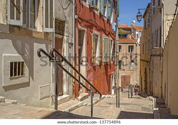 """L'un des escaliers typiques de la vieille ville de Marseille, """"Le Panier"""""""