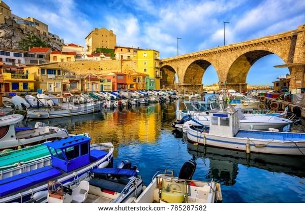 Port de pêche traditionnel Vallon des Auffes avec maisons et bateaux pittoresques, Marseille, France