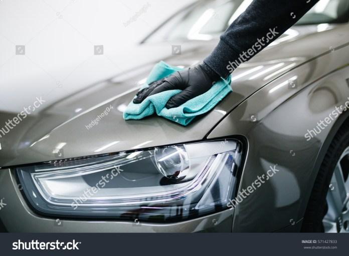 man cleaning car microfiber cloth car stockfoto (jetzt bearbeiten
