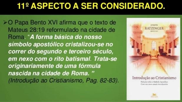 """11º ASPECTO A SER CONSIDERADO. O Papa Bento XVI afirma que o texto de Mateus 28:19 reformulado na cidade de Roma. """"A form..."""