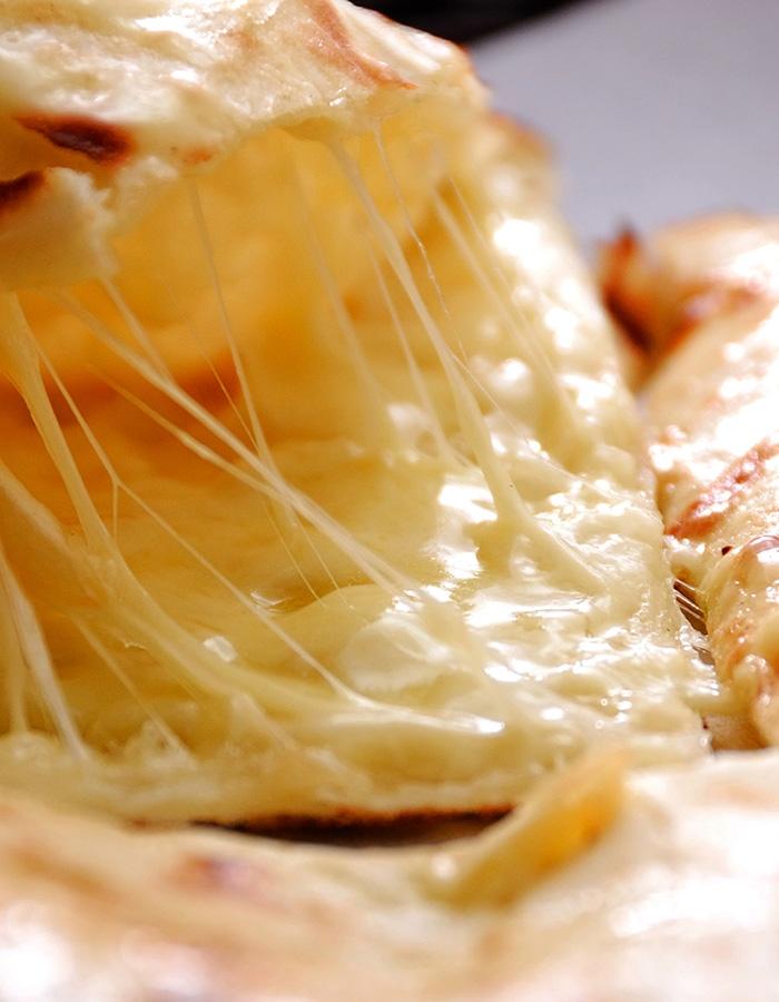 濃厚チーズたっぷりのやみつきチーズナン