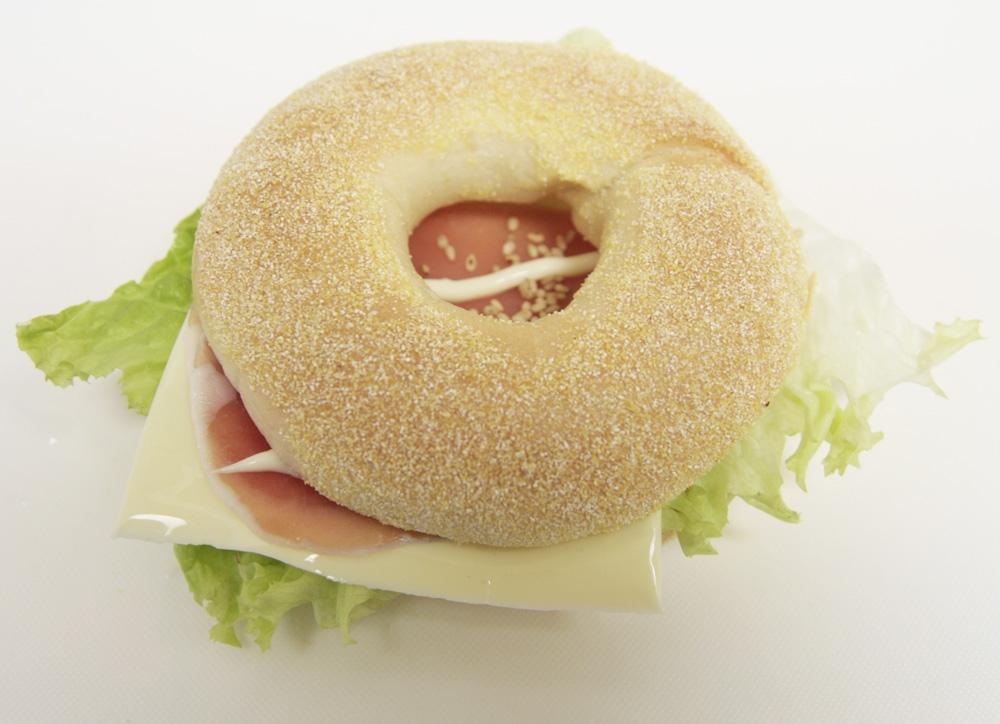簡単♪生ハムとチーズのベーグルサンド