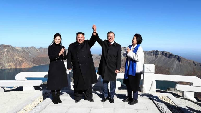 Moon Jae In, Präsident von Südkorea (2. von rechts) und seine Frau Kim Jung Sook (r) stehen zusammen mit Kim Jong Un, einem nordkoreanischen Herrscher, und seiner Frau Ri Sol Ju auf dem Vulkan Paektu.