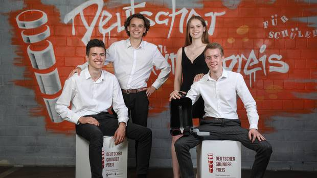 The winners of the Deutscher Gründerpreis für Schüler 2019: Team Luvaq from the boarding school Schloss Hansenberg in Hesse. From left: Nikolai Kowalski, Philipp Brandes, Malin Zeittler and Timo Samson