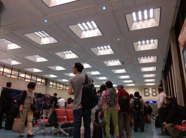 1106 201510台北香港 才3號風球 就delay這麼嚴重喔!!