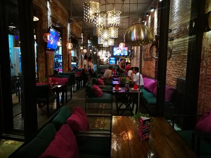 khmerfamily05 Siem Reap-Khmer Family暹粒熱鬧酒吧街上小餐館 這雞湯螞蟻調味? 很特殊的酸與東南亞的香料