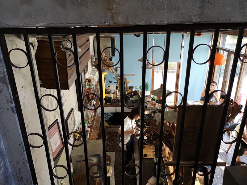glow12 中壢-小舊閣樓 斑駁老屋文青河景咖啡館 晚上來則是閃亮的酒吧