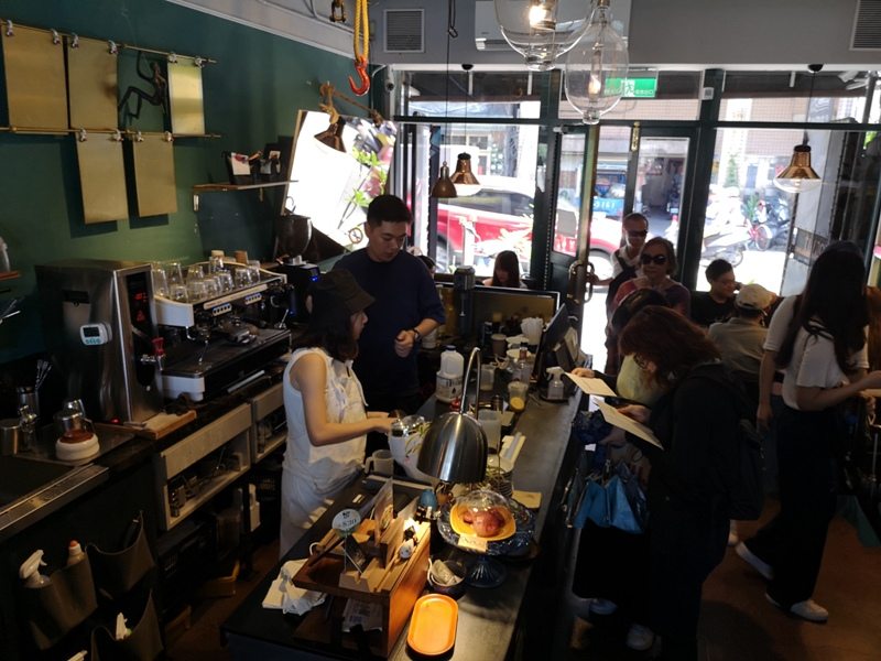 tuman08 基隆-圖們咖啡 正濱漁港彩色屋之黑色大方咖啡館 漁港風光盡收眼底