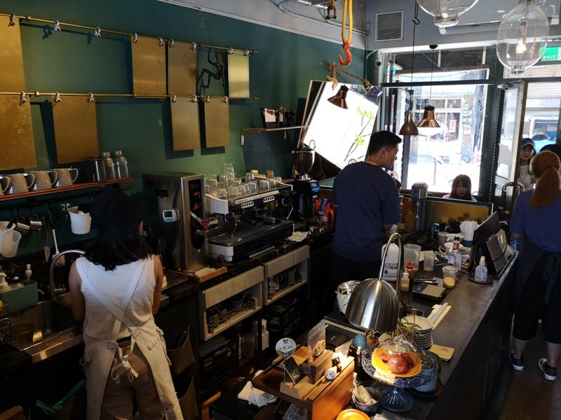tuman09 基隆-圖們咖啡 正濱漁港彩色屋之黑色大方咖啡館 漁港風光盡收眼底