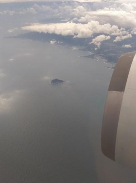 fly01 201510東京來回 好久沒從成田進出囉 原來起飛不久可以看到龜山島