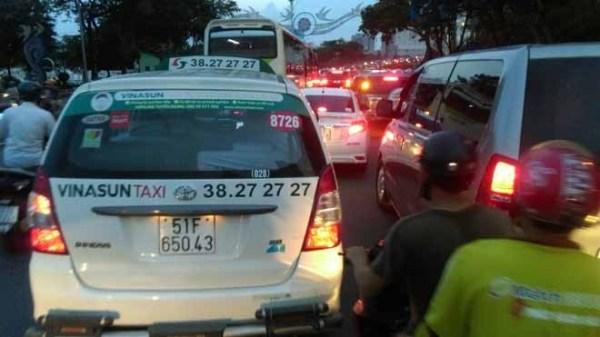 Sở Giao thông yêu cầu Vinasun gỡ toàn bộ biểu ngữ phản đối Uber, Grab - ảnh 1