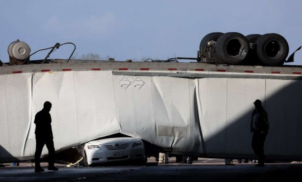 Bị xe container rơi trúng, tài xế Camry thoát chết thần kì - ảnh 2