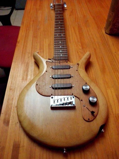 guitare electrique avec planche a