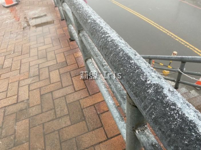 欄杆上的雪