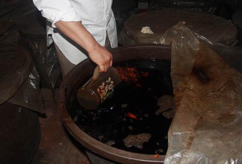 Mỗi thùng rượu chứa tới 300 lít