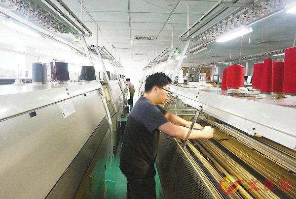 ■廣東製造業9月PMI指數重回榮枯線上,生產及採購活動已正常開展。圖為東莞服裝廠流水線。 資料圖片