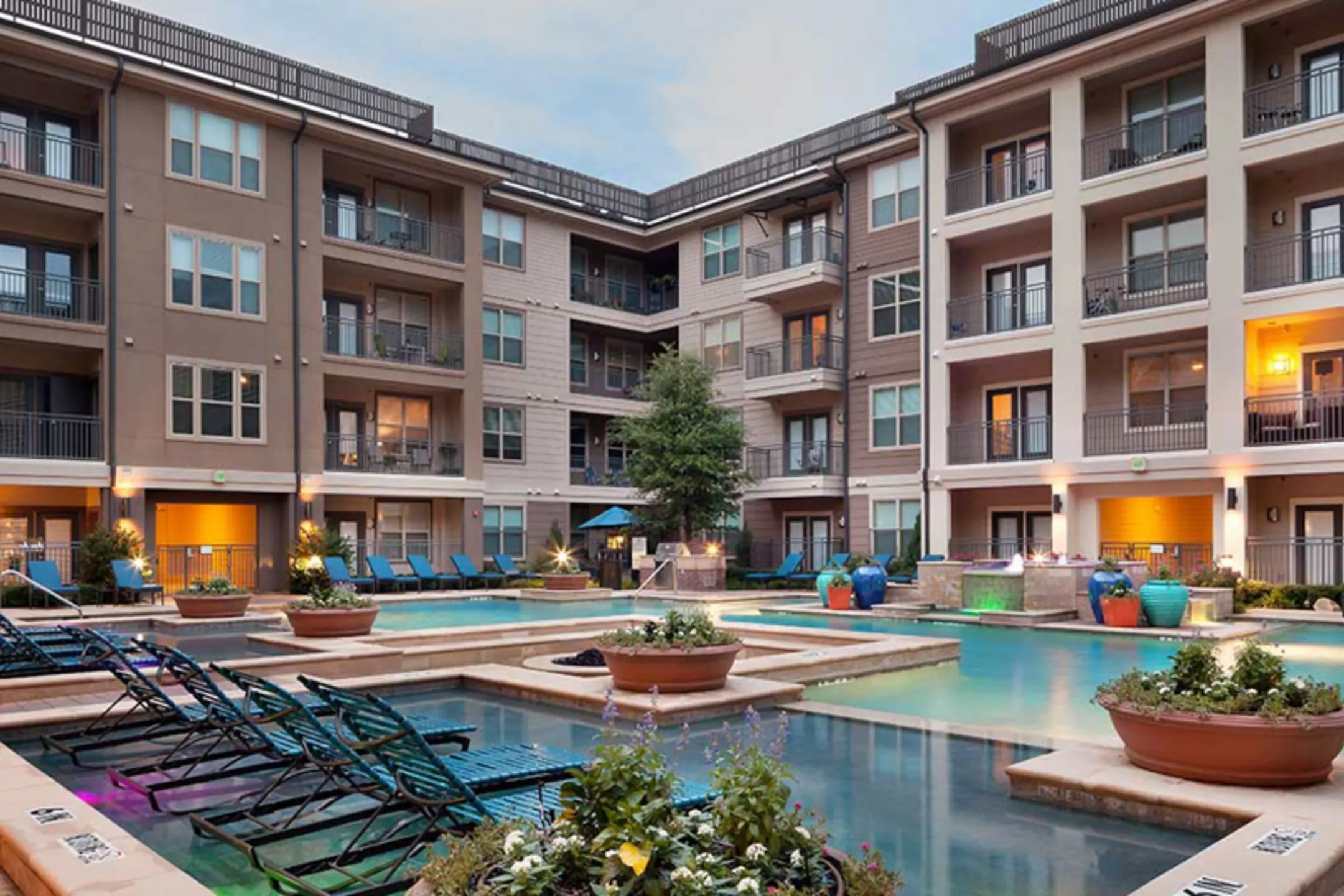 AMLI On Maple Apartments Dallas TX 75235