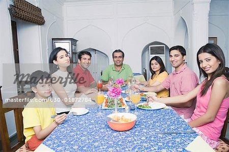 groupe de personnes assises autour d une table a manger photographie de stock masterfile premium libres de droits code 630 01872784