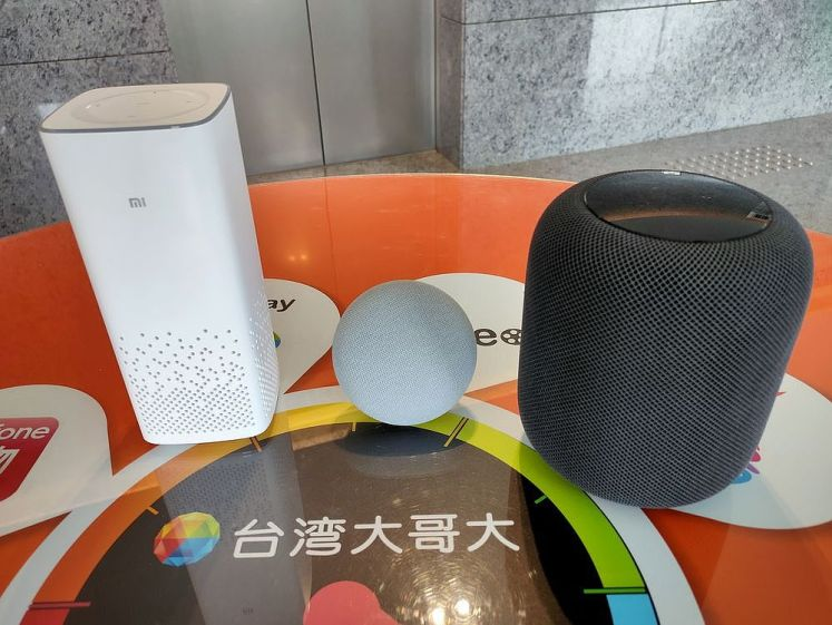 左:小米AI音箱;中:Google Nest Mini;右:Apple HomePod