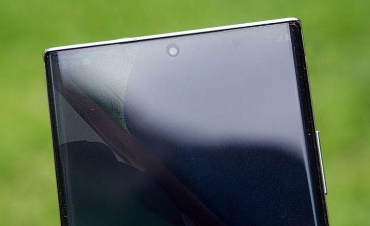 採 O 極限全螢幕,螢幕上方中央有一個挖孔的前鏡頭