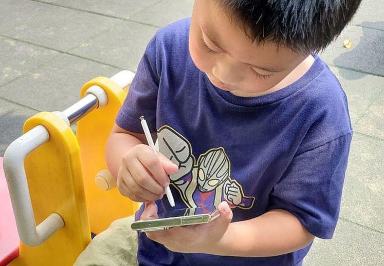 阿祥的兒子平常就喜歡在紙上畫面,直接把 Galaxy Note20 Ultra 5G 拿給他,他立馬就能輕鬆上手,直接在螢幕上塗鴉起來。