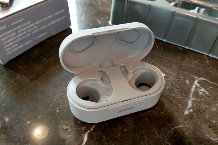盒上也附有兩個耳勾的空間