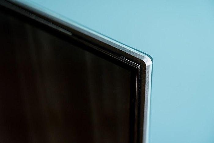 螢幕外框使用「懸浮螢幕」設計