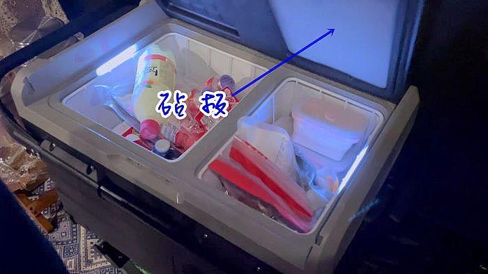 山水行動冰箱附有 砧板 ,這砧板並不是太大,但隱藏在冰箱蓋的背面,我覺得是非常貼心的小設計