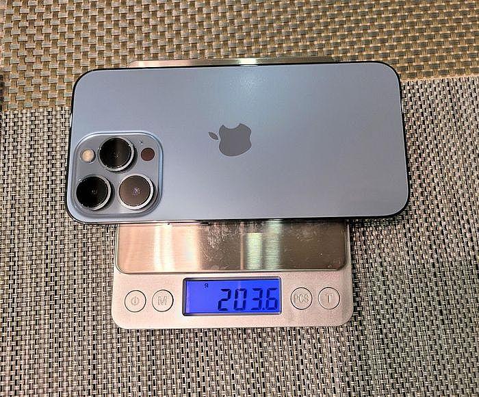 裸機的 iPhone 13 Pro 重量是 203.6 g