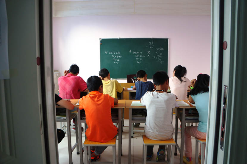 Sixth graders at Linfen Red Ribbon School during a math class, Shanxi province, Aug. 31, 2016. Fan Yiying/Sixth Tone
