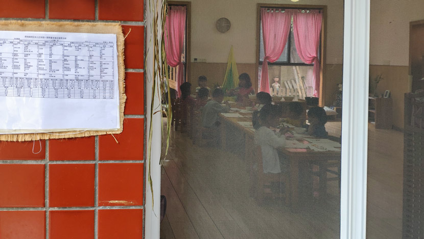 Children draw in a classroom at Xiyanghong, Guiyang, Guizhou province, June 17, 2019. Fan Yiying/Sixth Tone